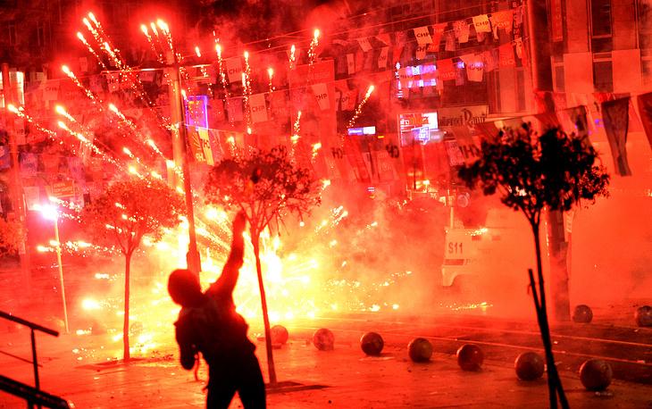 В результате антиправительственных манифестаций, которые прошли в нескольких городах Турции, задержано более 150 человек, есть пострадавшие