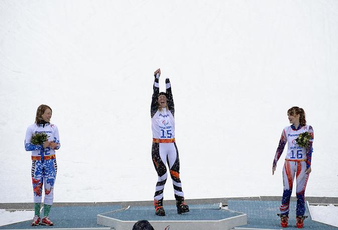 """Горнолыжница Инга Медведева завоевала серебро Паралимпийских игр в слаломе в категории """"стоя"""". На фото: Инга Медведева (слева), Андреа Ротфусс (в центре), Петра Смарзова (справа)"""