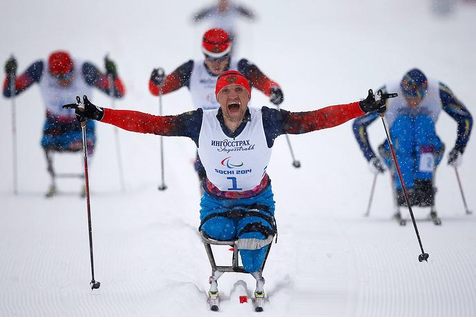 """Вторым в спринтерской гонке на дистанции 1 км в категории """"сидя"""" стал еще один россиянин Григорий Мурыгин (на втором плане)"""