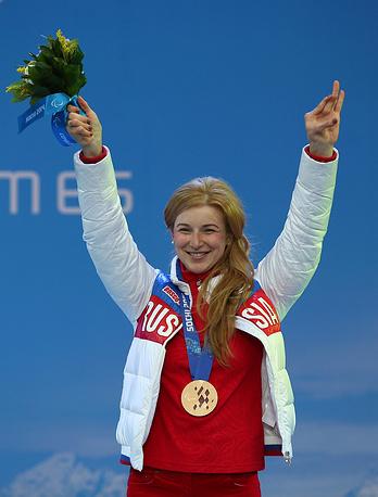 Российская спортсменка Алена Кауфман, завоевавшая бронзовую медаль в спринтерской гонке (стоя) среди женщин в соревнованиях по лыжным гонкам, на церемонии награждения