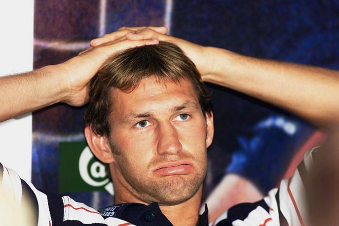 Англичанин Тони Адамс в 1991 году провел в заключении 4 месяца за управление машиной в нетрезвом виде. Позднее футболист, признав себя алкоголиком, выпустил книгу о борьбе с алкогольной зависимостью и открыл реабилитационный центр