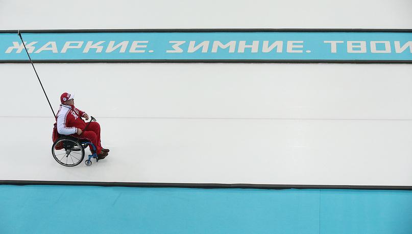 Игрок сборной России по керлингу на колясках Андрей Смирнов во время матча между сборными командами России и Великобритании