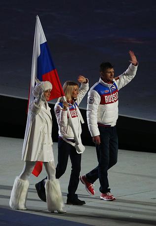 Начался парад флагов. На сцене появились паралимпийцы с флагами стран-участниц в руках. Атлеты вышли в порядке кириллического алфавита, замыкала шествие российская лыжница и биатлонистка Михалина Лысова