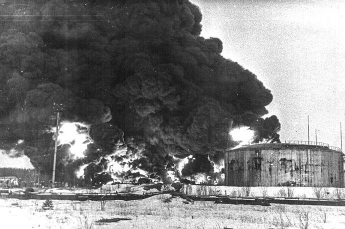 Резервуар емкостью десять тысяч тонн горел открытым пламенем