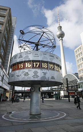 Часы всемирного времени на площади Александерплац в Берлине. Часы были установлены в 1969 году, высота конструкции составляет 10 метров