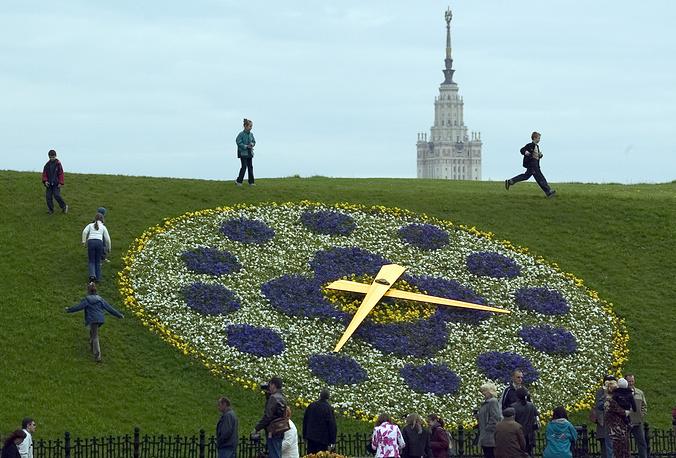 Цветочные часы на Поклонной горе в Москве. Диаметр циферблата составляет 10 метров, часы украшены почти 8 тысячами цветов, ходовой механизм полностью скрыт под землей