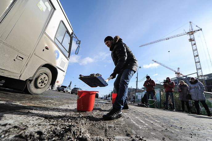 Блогер Алексей Сохович во время акции по уборке грязи в Екатеринбурге