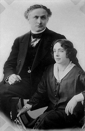 В 1893 году во время одного из трюковых шоу братья Гудини познакомились с Вильгельминой Беатрис Раньер, которая впоследствии стала супругой и ассистенткой Гарри Гудини - Бесс Гудини