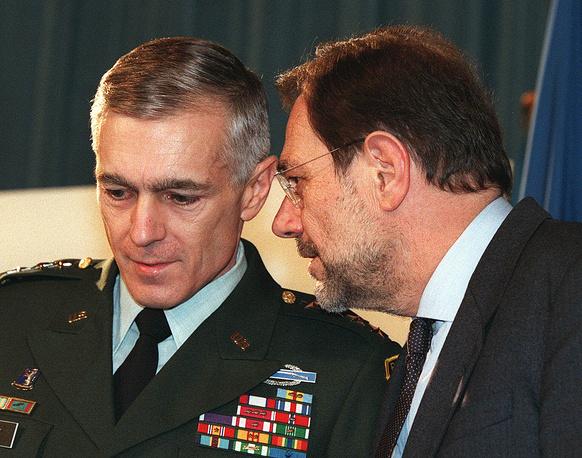 """23 марта генеральный секретарь НАТО Хавьер Солана (справа) отдал приказ командующему силами НАТО в Европе американскому генералу Уэсли Кларку (слева) начать военную операцию против Югославии. Операция """"Союзная сила"""" продолжалась 78 дней"""