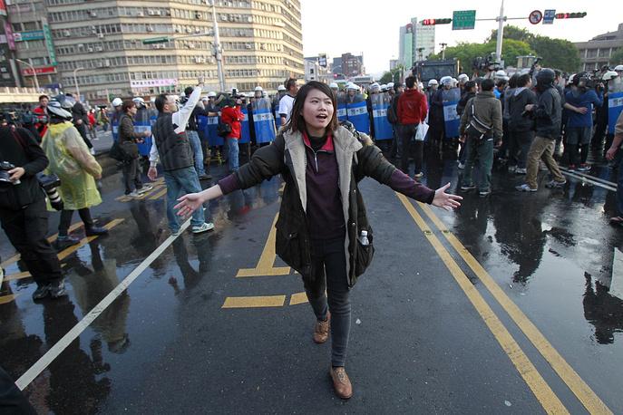 Волнения сторонников оппозиции, требующих отказаться от ратификации соглашения с материковым Китаем о торговле услугами, начались в минувший вторник