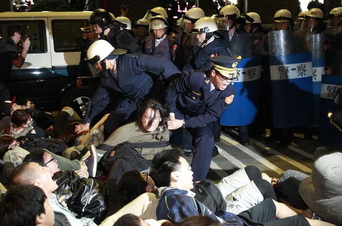 """Премьер-министр Цзян Ихуа назвал действия манифестантов """"незаконными и насильственными"""" и отдал распоряжение о силовом разгоне"""