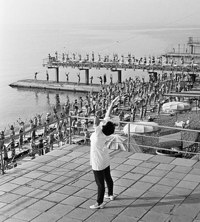 Утренняя гимнастика на ялтинском лечебном пляже, 1977 год