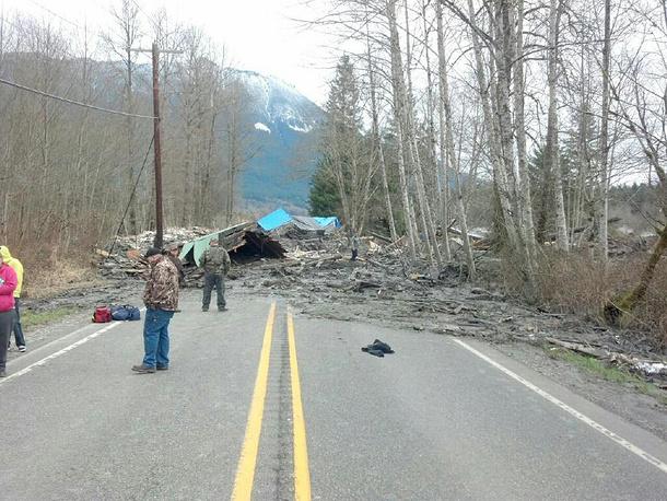 Последствия оползня, который двигался вместе с домом с людьми внутри в округе Снохомиш, штат Вашингтон в субботу 22 марта 2014 года