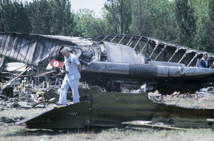 25 мая 1979 года в пригороде Чикаго (США) после взлета потерпел крушение DC-10 компании American Airlines. Оторвавшийся на взлете левый двигатель повредил левое крыло, электро- и гидросистемы. Экипаж снизил скорость, самолет вошел в левый крен и упал. Погибли 273 человека