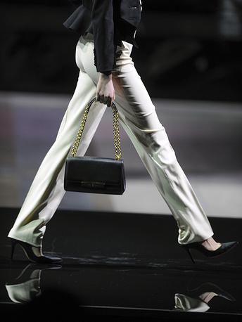 Мини-юбки и декольтированные платья чередовались со строгими брюками и юбками ниже колена