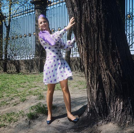 Демонстрация легкого платья из капрона с модным рисунком, дополненного легким шарфом из шифона. 1970 г.