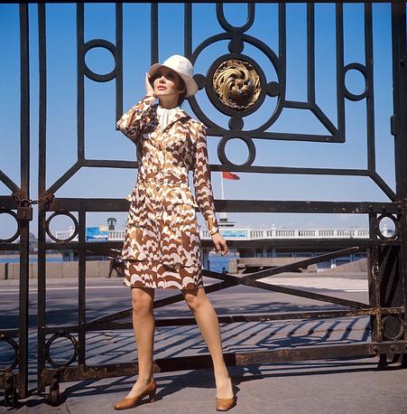 Ленинградский Дом моделей.Демонстрация летнего костюма с белой панамой. 1970 г.