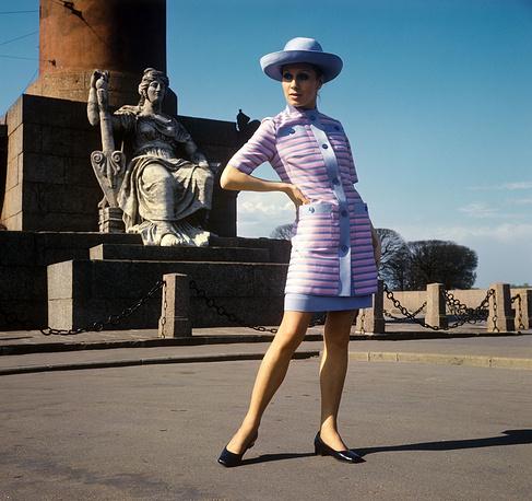 Демонстрация летнего платья и удлиненного жакета из шелка. 1970 г.