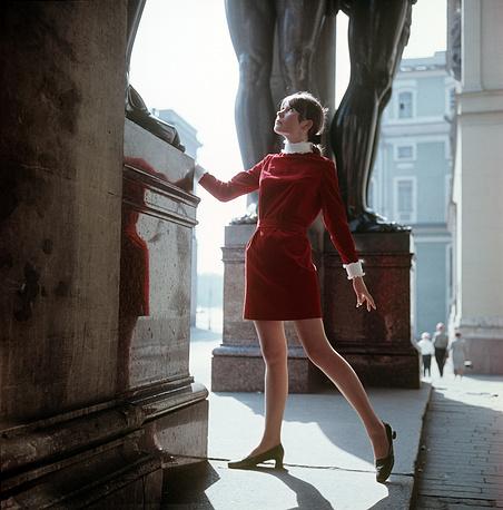 Демонстрация молодежного платья из красного вельвета. 1969 г.