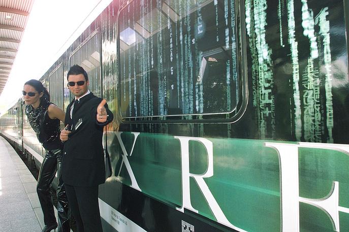 """""""Код матрицы"""" в фильме изображается бегущими вниз зелёными символами. Эти символы - совокупность зеркально отображённых букв латиницы. На фото: спецпоезд, посвященный фильму """"Матрица"""", на вокзале в Гамбурге"""