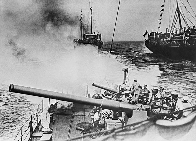 В 1929-1937 годах Черноморский флот активно вооружается: было построено более 500 боевых кораблей, сотни боевых самолетов, созданы береговая оборона и система противовоздушной обороны. На фото: черноморский Красный флот на маневрах, 1930 год