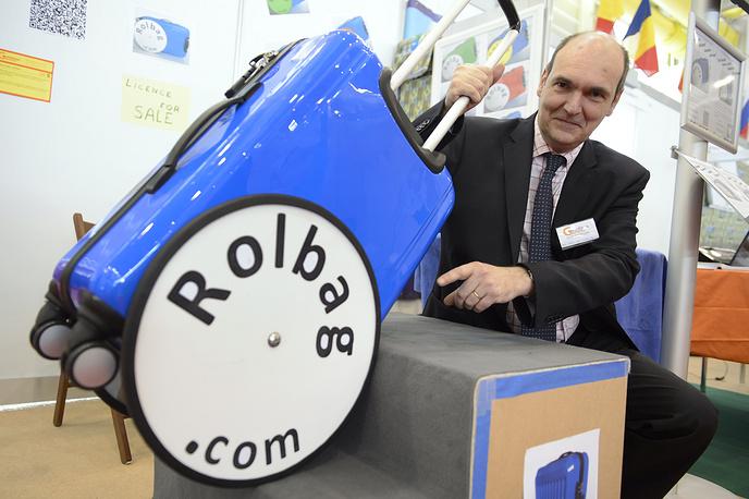 """Чемодан """"Rolbag"""" с очень большими колесами для удобного и тихого перемещения по неровным поверхностям и лестницам, изобретение Танги ван де Валле (Бельгия)"""