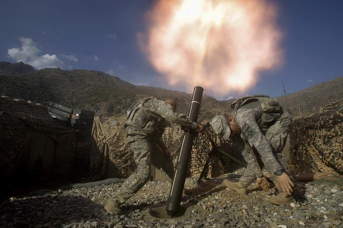 НАТО руководит Международными силами безопасности в Афганистане с 2003 года. Военные НАТО стреляют из миномета, провинция Кунар, Афганистан