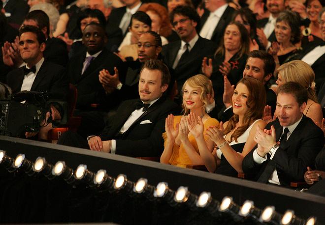 """Актеры Мишель Уильямс и Хит Леджер (в центре) на 78-й церемонии """"Оскар"""", 2006 год"""