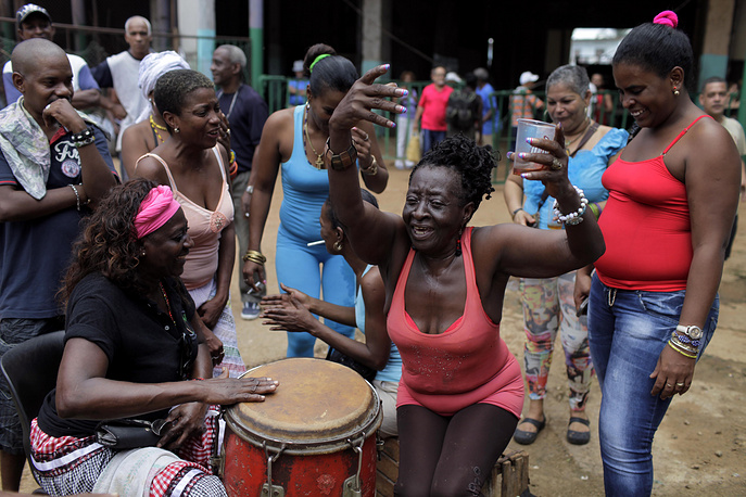 Традиционные песни и танцы в исполнении как профессиональных музыкантов, так и обычных прохожих создают атмосферу радости и беззаботности, за которую многие путешественники так любят Кубу