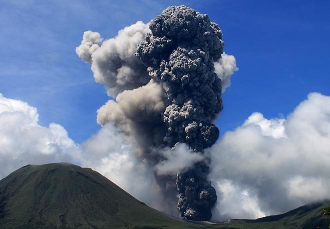 Извержение вулкана Локон в Индонезии, 2012 год