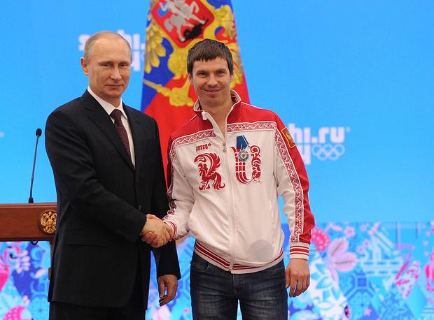 Владимир Путин и Евгений Устюгов  во время церемонии награждения российских призеров Олимпиады-2014