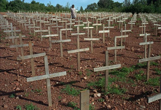Межэтнический конфликт между населяющими Руанду народностями хуту и тутси вспыхнул в начале 1990 года. На фото: кладбище недалеко от столицы Руанды Кигали, где похоронены жертвы геноцида 1994 года