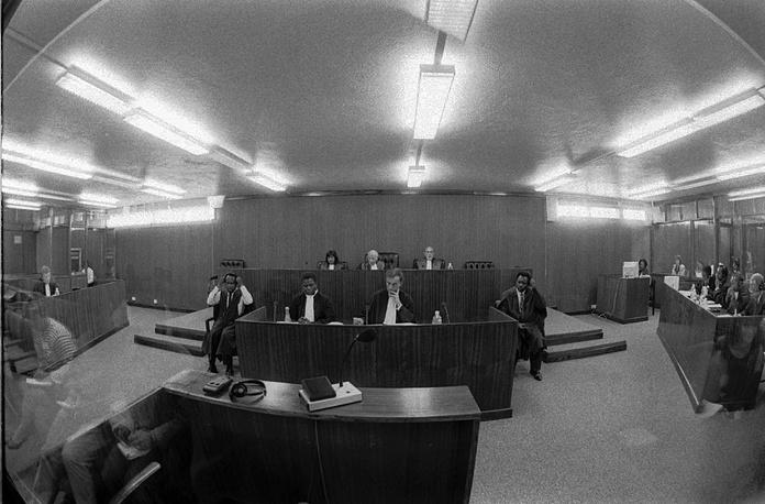 В 1996 года начал работу Международный уголовный трибунал по Руанде, учрежденный на основе резолюций Совета Безопасности ООН. На фото: начало судебных слушаний в Танзании, 1996 год