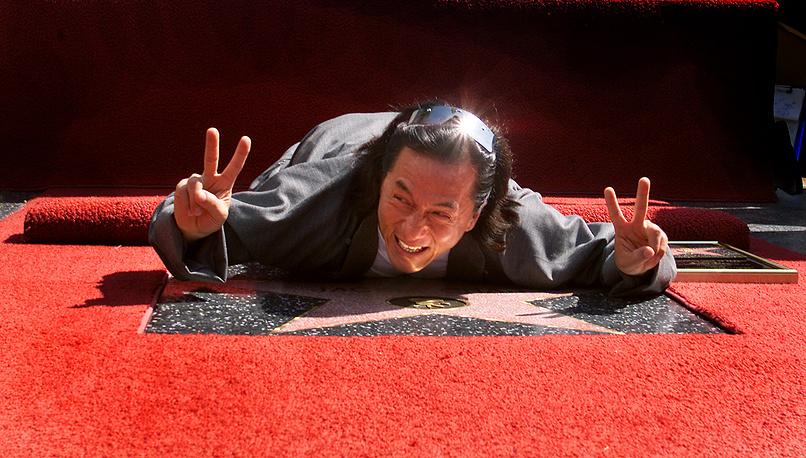 У Чана есть звезды на Авеню Звезд в Гонконге и на Аллее Звезд в Голливуде, а также на Старом Арбате в Москве. На фото: Джеки Чан во время открытия своей звезды на Аллее Славы в Голливуде, 2002 год