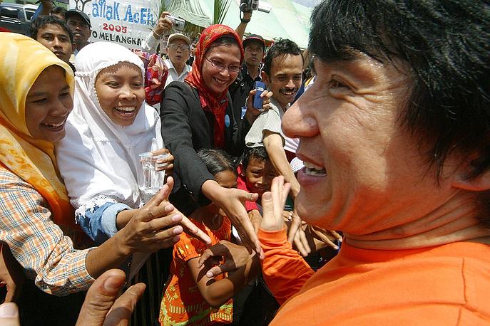 Джеки Чан широко известен своей благотворительной деятельностью. Он часто выступает как посол доброй воли в различных акциях. На фото: Джеки Чан пожимает руки беженцам, пострадавшим во время цунами в Индонезии, 2005 год