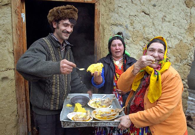 Каждый цыганский народ или община имеют многочисленные национальные блюда. Особенным блюдом в цыганской общине является еж. На фото: цыганская семья в деревне в Румынии, 2004 год