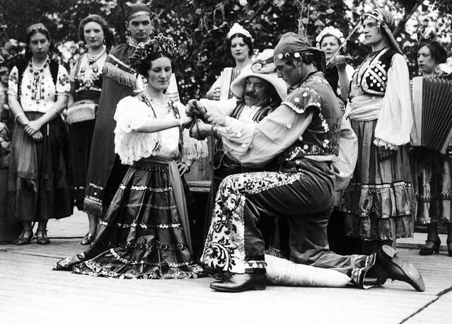Цыгане –  собирательное название примерно 80 этнических групп, объединенных общим индийским происхождением. Первые миграции цыган из Индии группой около 1 тыс. человек произошли около VI века. На фото: цыганская свадьба в графстве Йоркшир, 1933 год