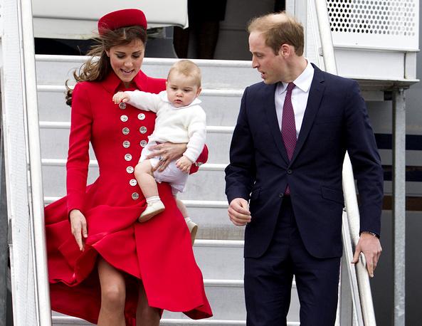 Принц Уильям, Кейт Миддлтон и их сын принц Георг прибыли в Новую Зеландию 7 апреля