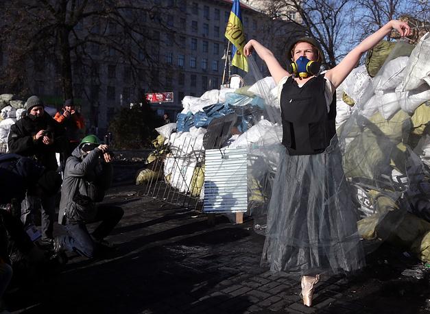 Перфоманс арт-группы Mistetska на баррикадах, улица Грушевского