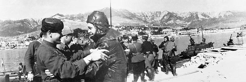 Встреча в порту Ялты катерников лейтенанта С. Гусева с партизанами, освободившими город