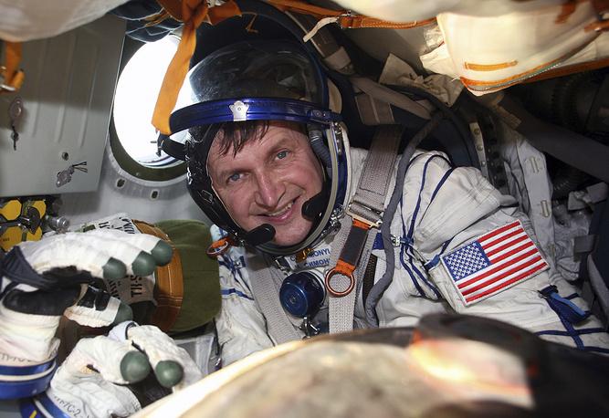 Американский предприниматель Чарльз Симони стал пятым туристом, побывавшим на МКС. Он был на станции дважды — в 2007 и 2009 годах. За каждый полет заплатил по $35 млн