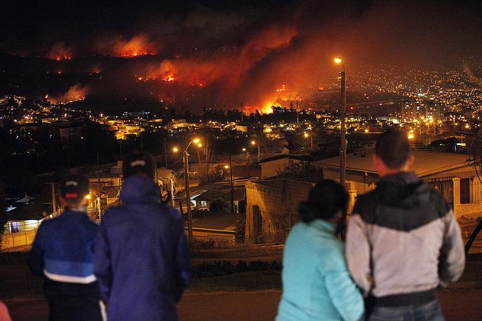 Пожарные и военные продолжают бороться с огнем, который перекинулся на кварталы города