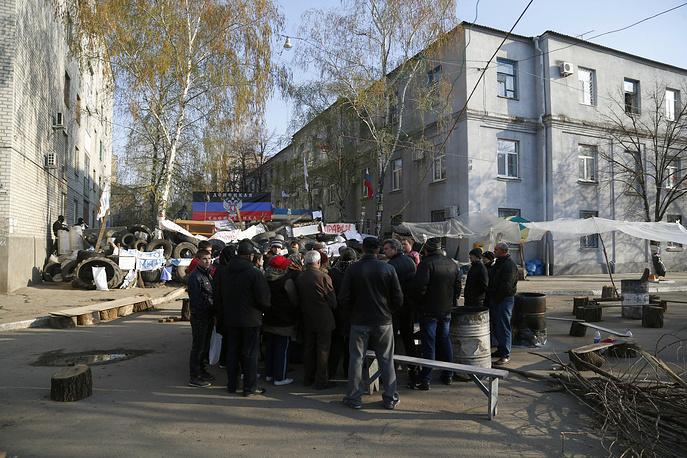 Митингующие у административных зданий в Славянске