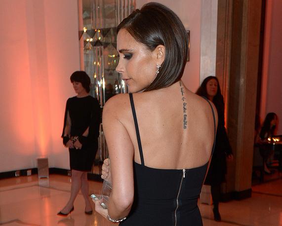 """У Виктории Бекхэм пять татуировок. Все они посвящены ее супругу и детям. На фото: Виктория Бекхэм с наградой """"Женщина года"""" журнала Harper's Bazaar, 2013 год"""
