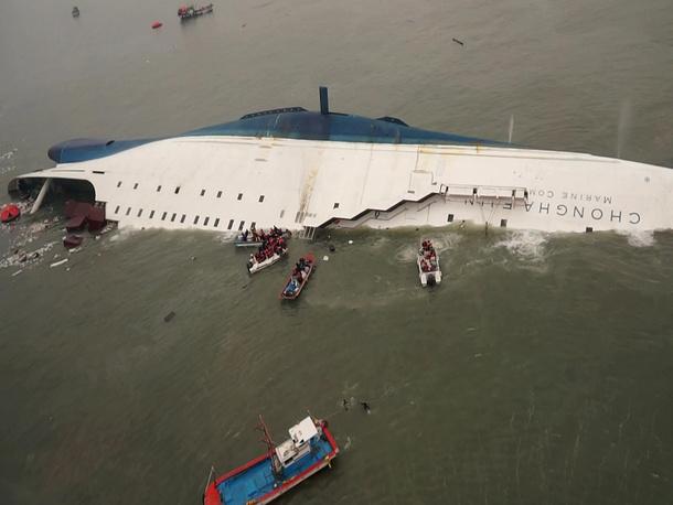 ВМС и морская полиция Республики Корея направили к парому патрульные катера, а также морской спецназ и водолазов