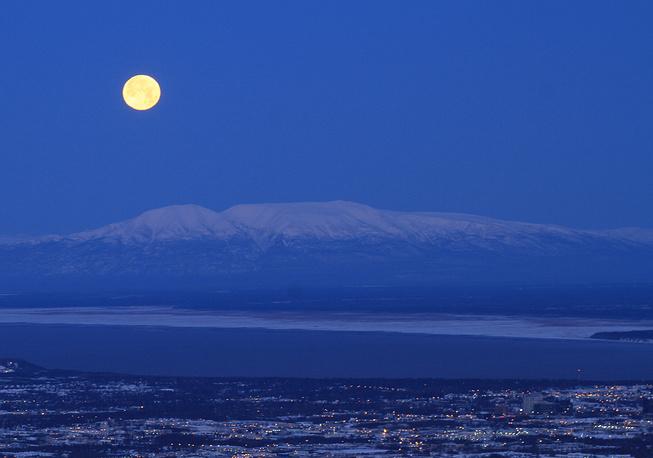 Вид на гору Суситна, также известную как Спящая Леди, в Анкоридже