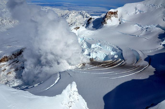 Вид на вулкан Маунт-Редут на Аляске
