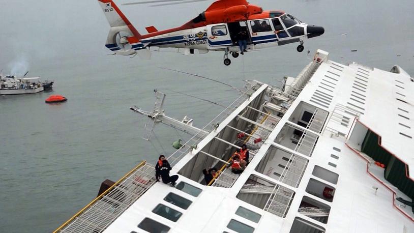 """Паром """"Сэволь"""", на борту которого находились 477 пассажиров и членов экипажа, сел на мель и затонул утром в среду 16 апреля"""