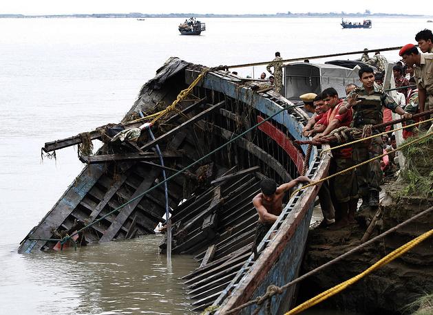 Не менее 270 человек числятся погибшими и пропавшими без вести. Спасти удалось 80 пассажиров