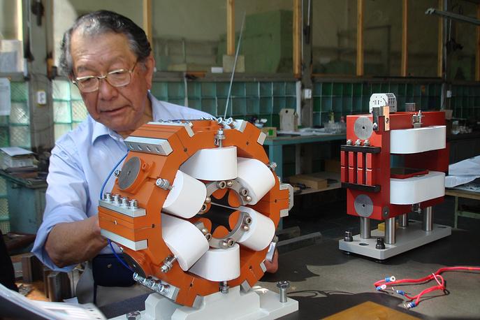 Наладка деталей бустерного синхротрона в Брукхейвенской лаборатории (США)